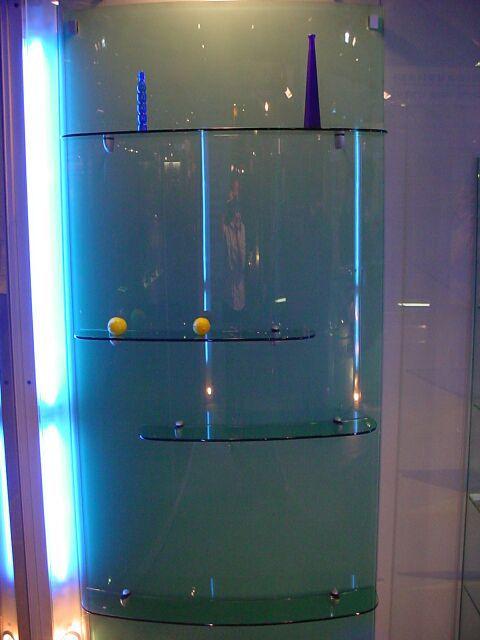 Üvegvitrin hajlított kivitelben