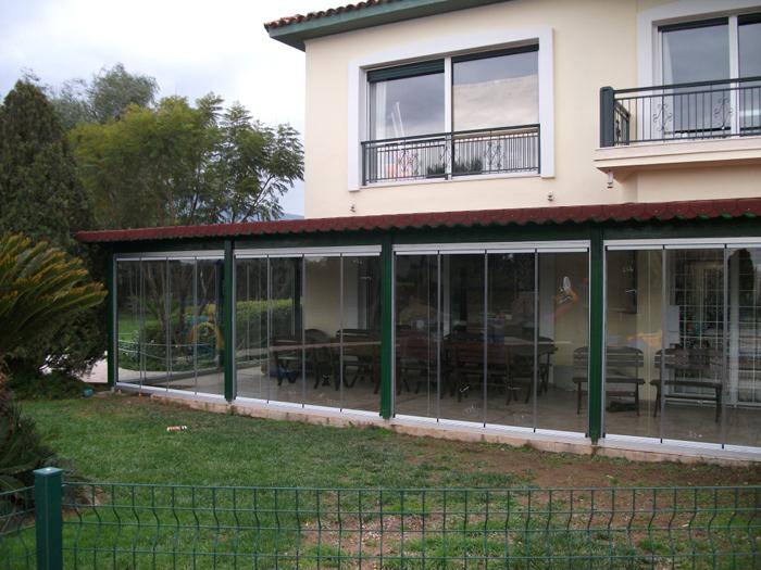 Terasz bezárás lapozható üvegfallal beépítés