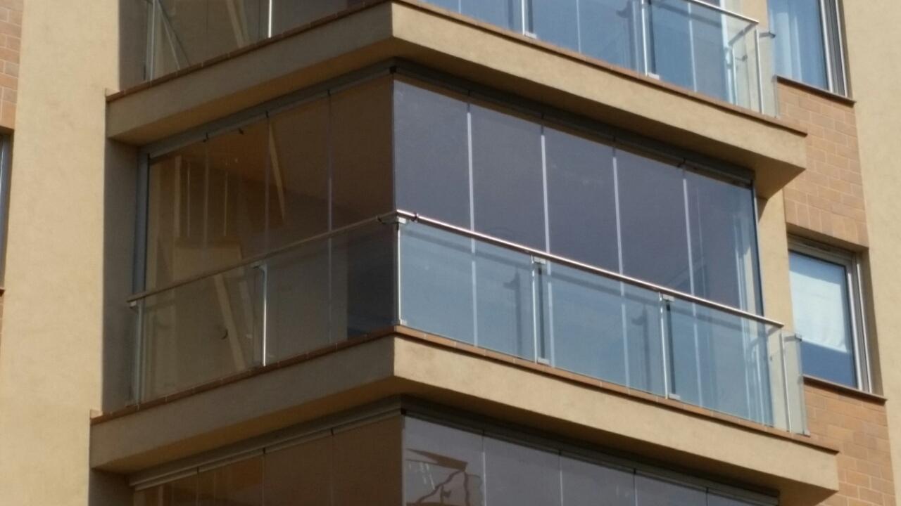 Lapozható üvegfal és üvegkorlát teraszra