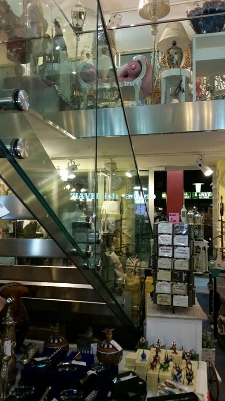 Üvegkorlátos lépcső