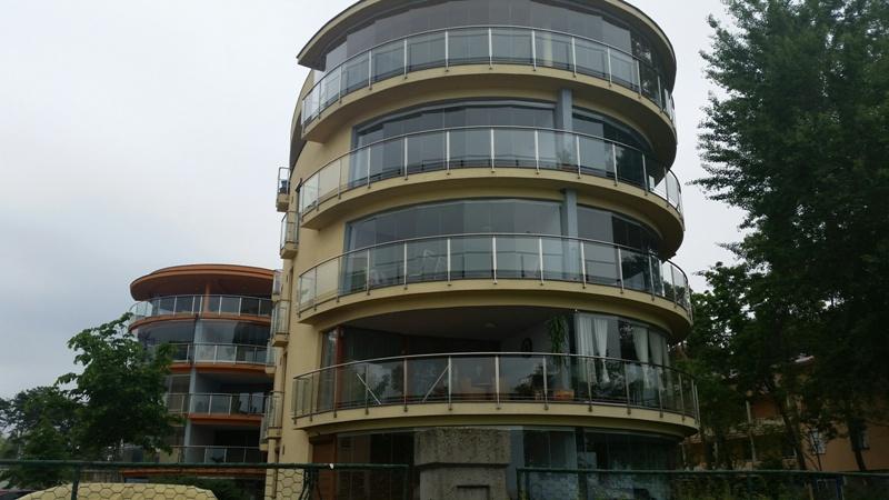Üvegkorlátos erkély