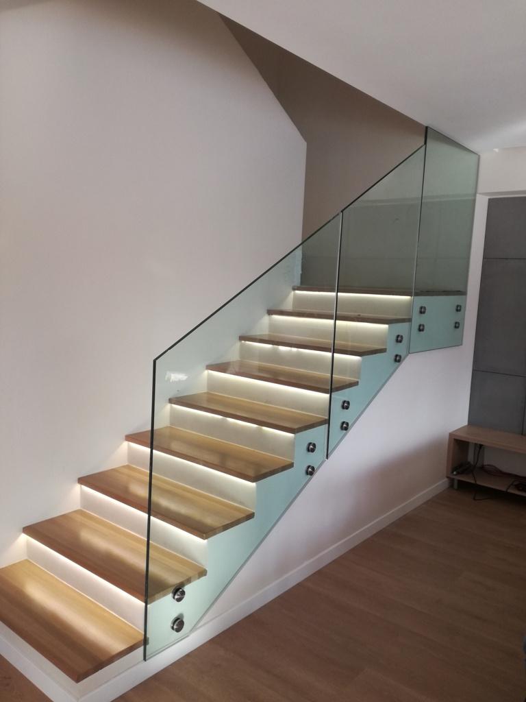 Üvegkorlát pontmegfogatással lépcsöhöz
