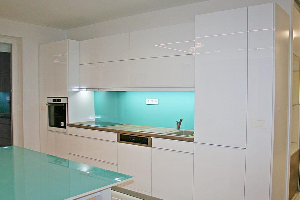 Üveghátfal konyhai beépítés