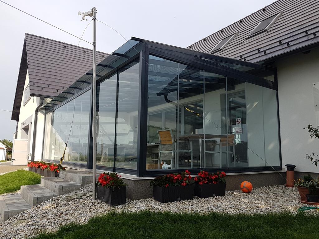 Terasz beépítése lapozható üvegfallal és üvegfedéssel
