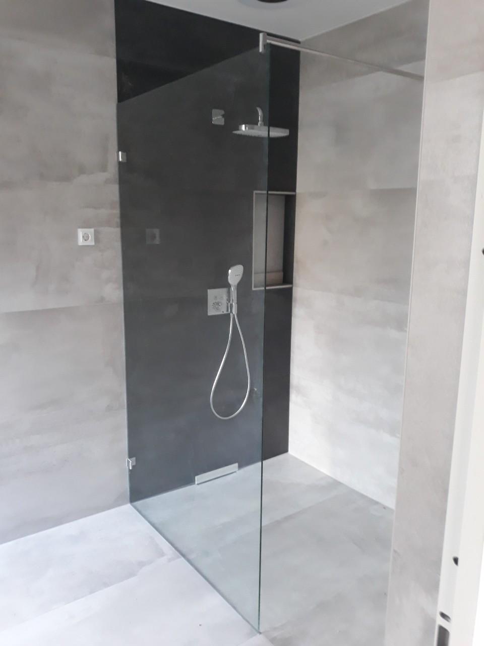 Üveg zuhanyfal