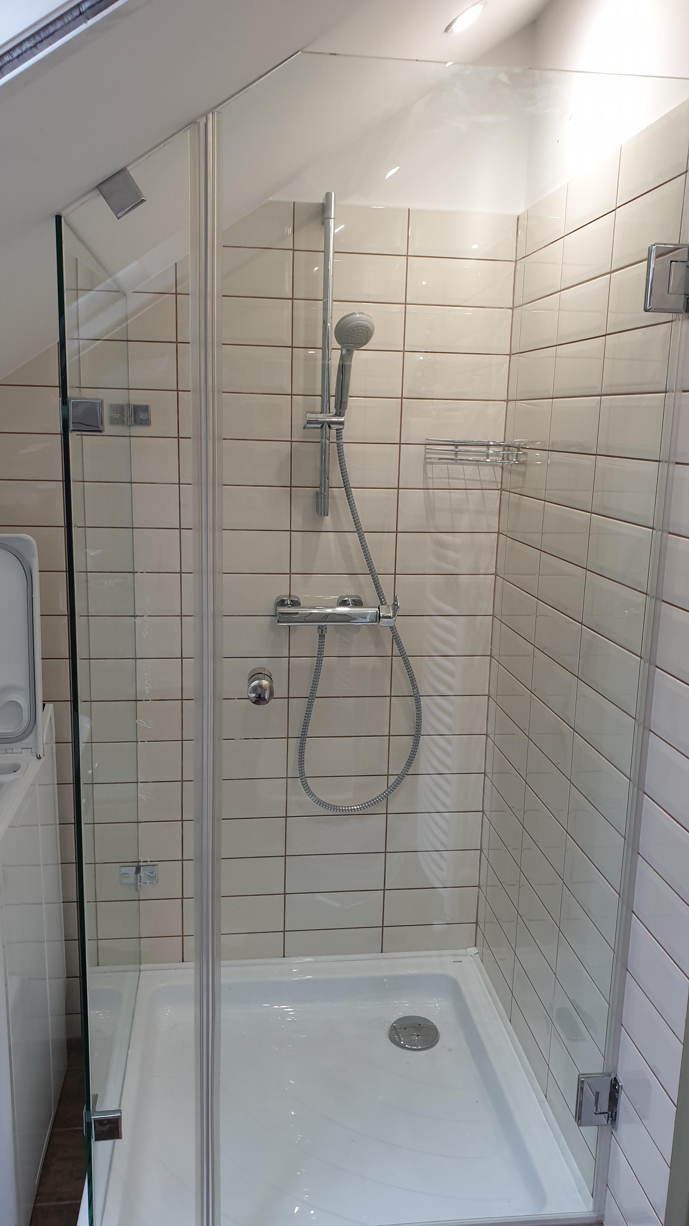 Tetőtéri üveg zuhanykabin