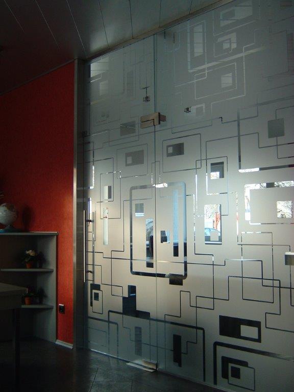 Üvegnyílóajtó mintás felülettel