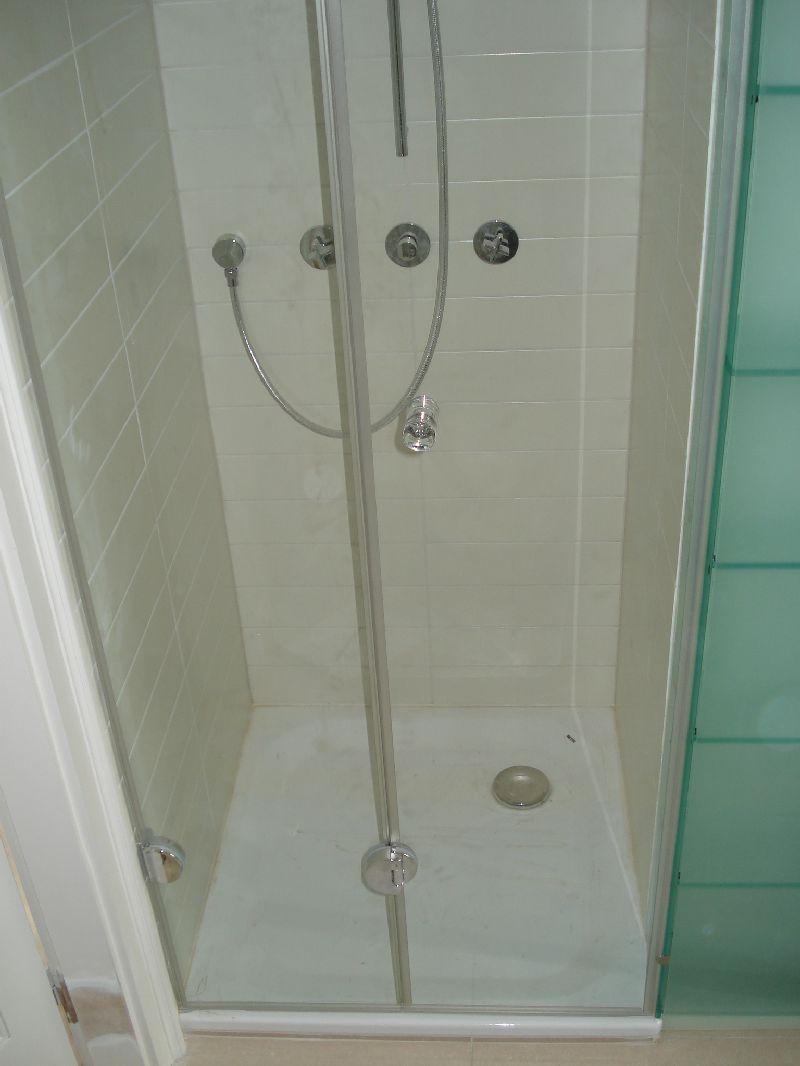 Zuhanykabin csuklópántos ajtóval