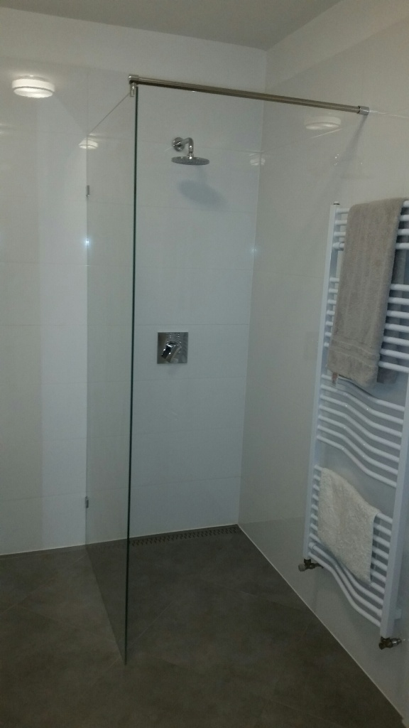 Zuhanyfal tálca nélküli
