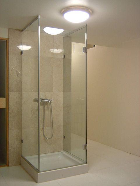 Tálcára épített üveg zuhanykabin